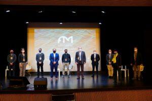 Los invitados de la mesa redonda institucional en escenario con miembros del equipo promotor del Foro Marino